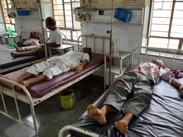 अस्पताल में भर्ती घायल हरीश व मुकंदी लाल। - Dainik Bhaskar