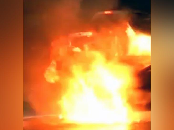 लुधियाना में सड़क पर जल रही कार। इस घटना में कार सवार जिम ट्रेनर बाल-बाल बच गया। - Dainik Bhaskar