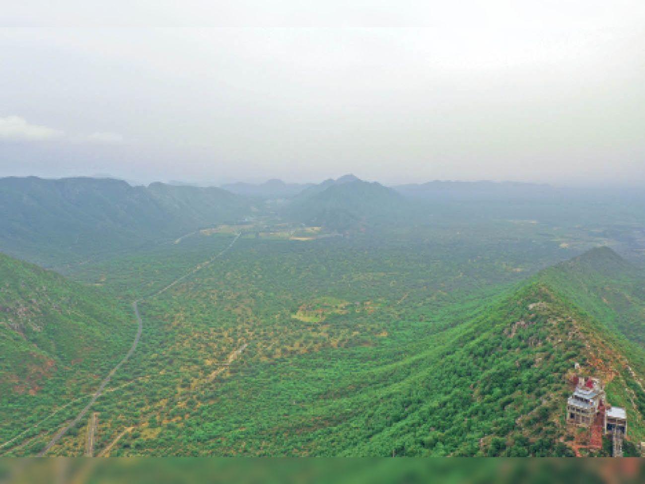 रत्नागिरी पहाड़ी से 300 फीट ऊपर ड्रोन से ली गई तस्वीर, फोटो | मुकेश परिहार - Dainik Bhaskar