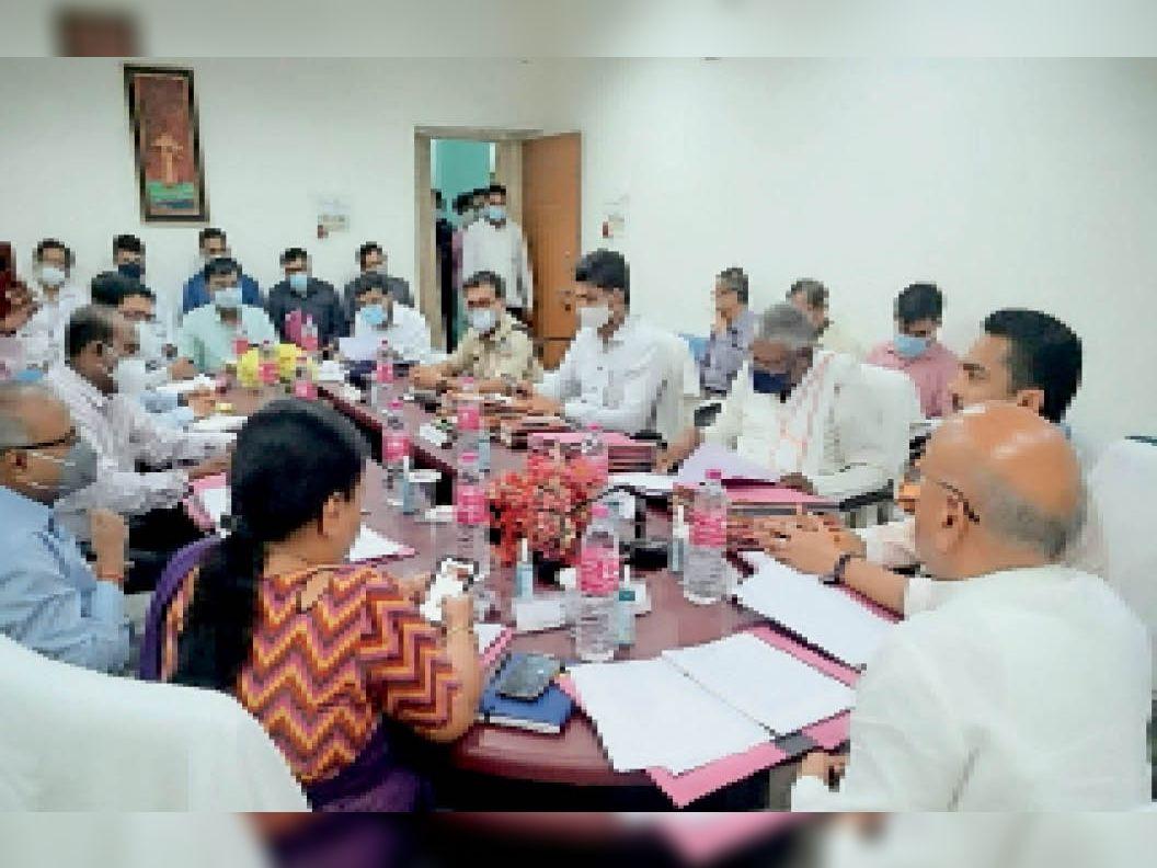 सामान्य प्रयोजन समिति के सदस्यों ने जिले के अधिकारियों के साथ की बैठक। - Dainik Bhaskar