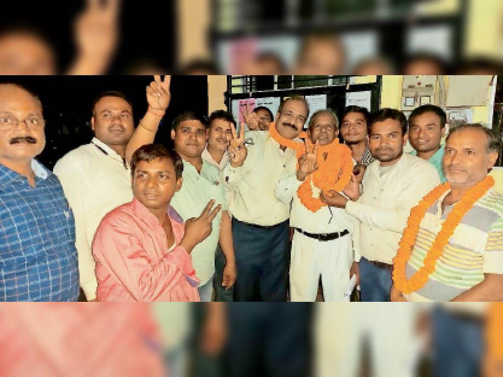 चुनाव जीतने के बाद विजयी मुद्रा में अध्यक्ष आनंद अग्रवाल और अन्य। - Dainik Bhaskar
