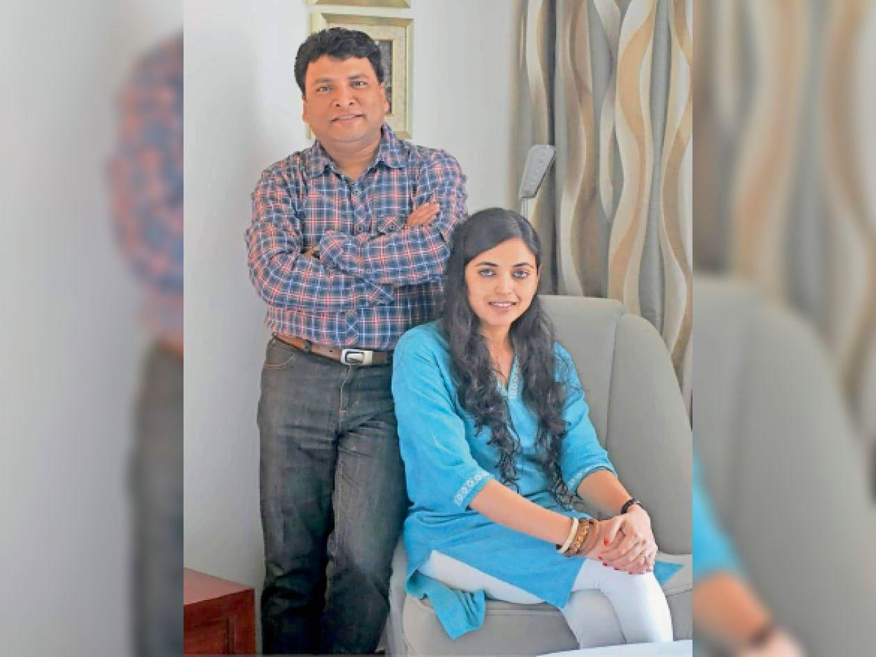 अपनी पत्नी के साथ डीआरएम अनूप सत्पती। - Dainik Bhaskar