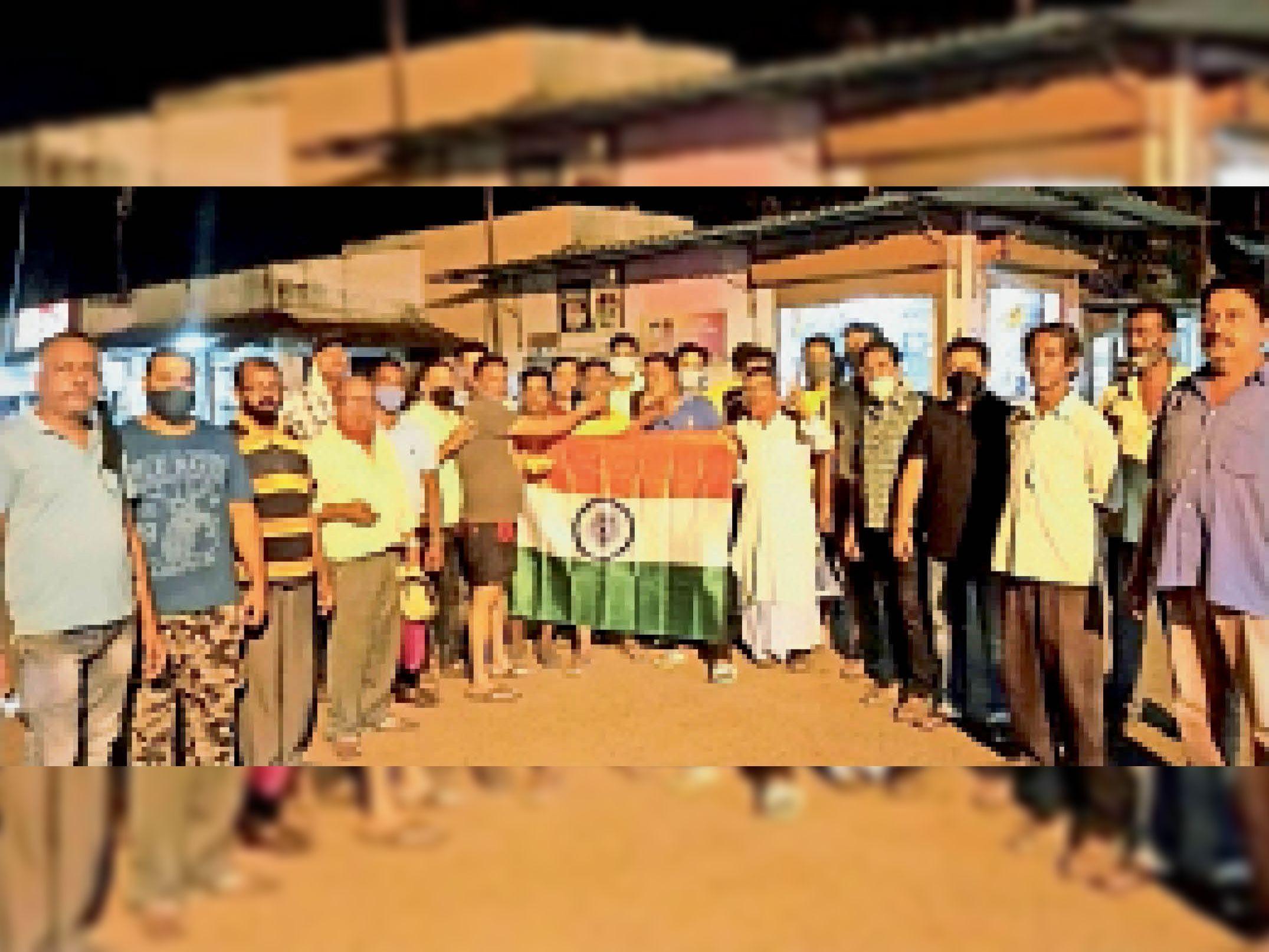 ओलंपिक में गोल्ड मिलने पर घाटशिला के मऊभंडार चौक पर एक-दूसरे को लड्डू खिला खुशी मनाते लोग। - Dainik Bhaskar