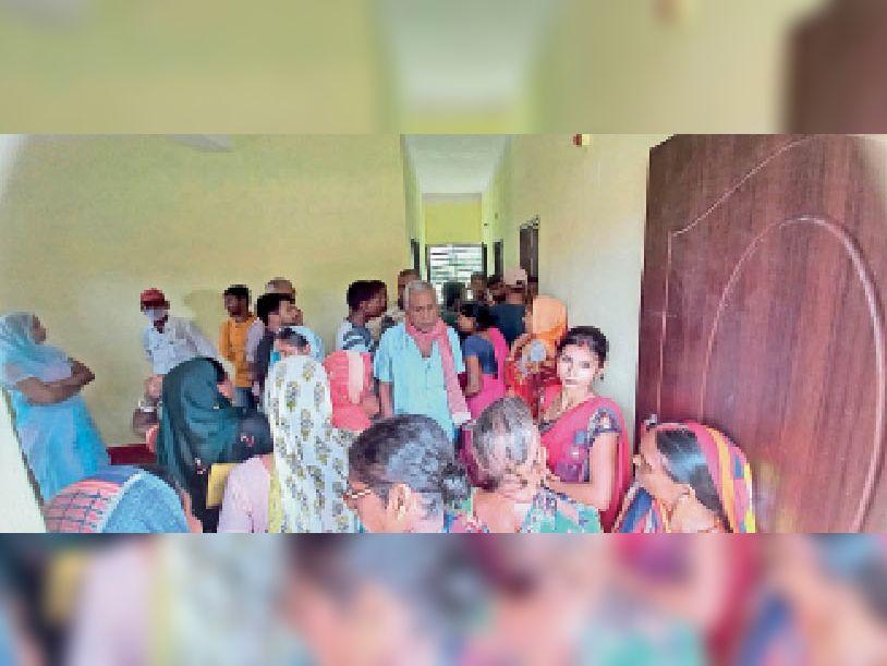 कोरोना का टीका लेने के लिए टीकाकरण केंद्र पर लोगों की भीड़। - Dainik Bhaskar