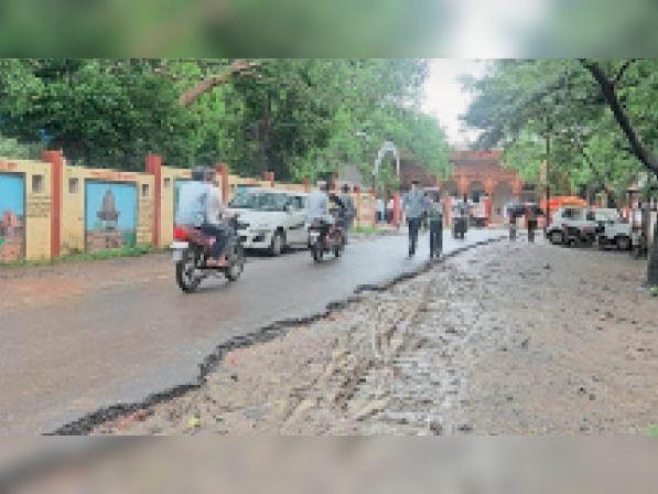 तहसील कार्यालय वाली सड़क खराब हालत में हैं जिस से अक्सर वाहन चालक दुर्घटना ग्रस्त हो जाते हैं। - Dainik Bhaskar