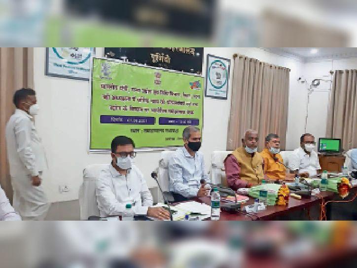समाहरणालय सभागार में समीक्षा बैठक करते विधि विभाग व गन्ना उद्योग मंत्री। - Dainik Bhaskar