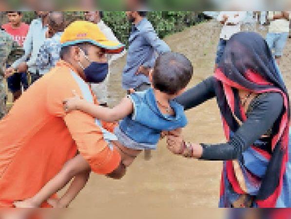 बाढ़ के पानी में फंसने के बाद बर्री गांव में फंसे लोगों एवं छोटे-छोटे बच्चों को एनडीआरएफ टीम ने रेस्क्यू कर सुरक्षित निकाला। - Dainik Bhaskar