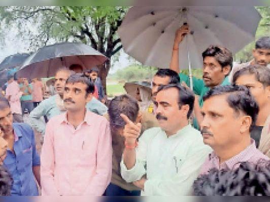 राज्यमंत्री प्रभावित क्षेत्र का दौरा करते हुए - Dainik Bhaskar