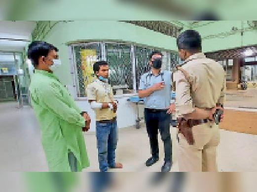एमजीएम मेडिकल कॉलेज अस्पताल में पीड़ित व्यापारी से जानकारी लेती पुलिस। - Dainik Bhaskar