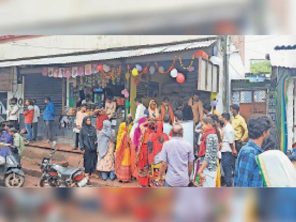 गरीब कल्याण अन्न योजना में जरूरत मंद खाद्यान्न सामग्री लेते हुए। - Dainik Bhaskar