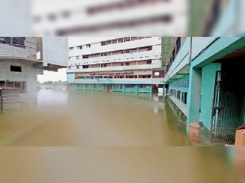 श्यामलाल नर्सिंग कॉलेज: शनिवार को गंगा के जलस्तर में तेजी से वृद्धि होने पर ग्राउंड फ्लोर पर पानी। - Dainik Bhaskar