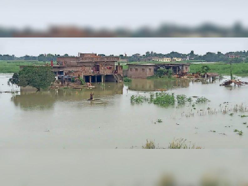 सदर प्रखंड के रहीमपुर पंचायत में फैला बाढ़ का पानी। - Dainik Bhaskar