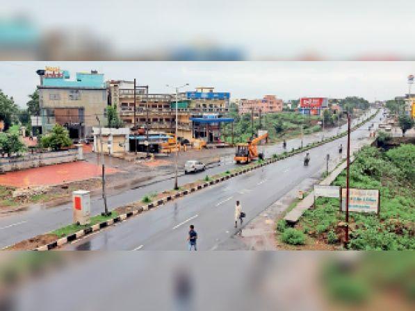 शहर के आबादी क्षेत्र के नेशनल हाईवे पर अभी खतरा बना रहता है। - Dainik Bhaskar