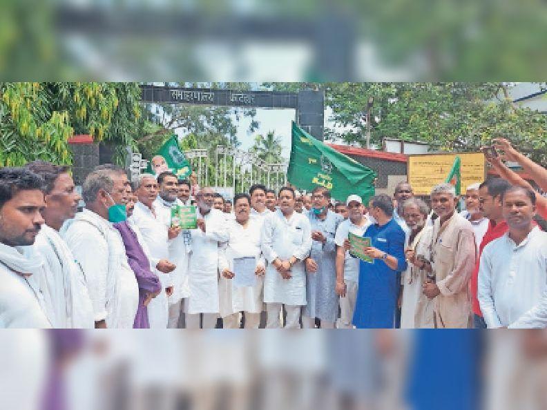 शनिवार को मार्च में शामिल राजद प्रदेश महासचिव, पूर्व विधायक, जिलाध्यक्ष व नेता। - Dainik Bhaskar
