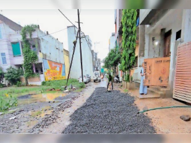 सहस्त्राब्दी नगर में घर के आगे सड़क को चलने लायक बनाने के लिए गड्ढों को भरवाने कमलेश चौहान ने निजी खर्च पर डलवाई चूरी। - Dainik Bhaskar