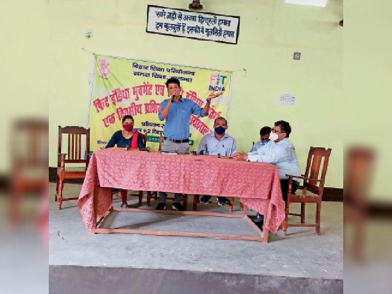 कार्यशाला में जानकारी देते अधिकारी - Dainik Bhaskar