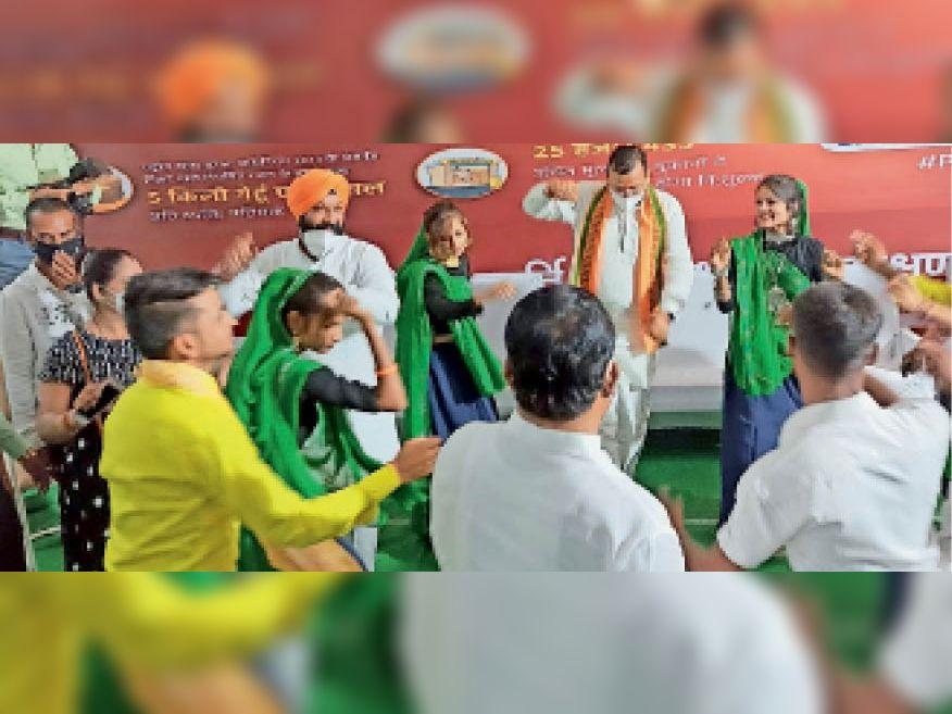 कार्यक्रम में युवाओं के साथ नृत्य करते प्रभारी मंत्री व सांसद। - Dainik Bhaskar