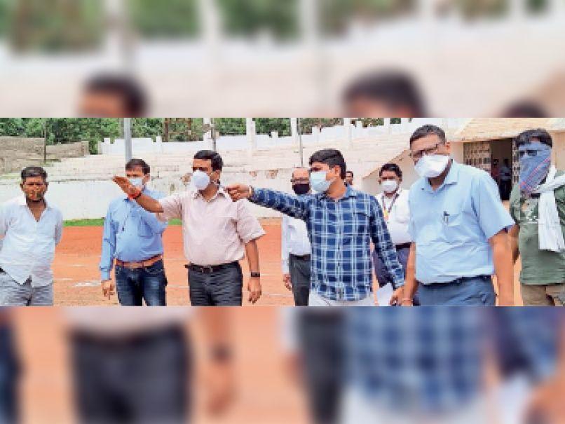 स्टेडियम में व्यवस्थाओं को लेकर निरीक्षण करते निगम के अफसर। - Dainik Bhaskar