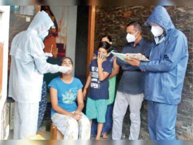 शनिवार को पॉजिटिव के घर व आसपास पहुंची टीम, लिए सैंपल। - Dainik Bhaskar