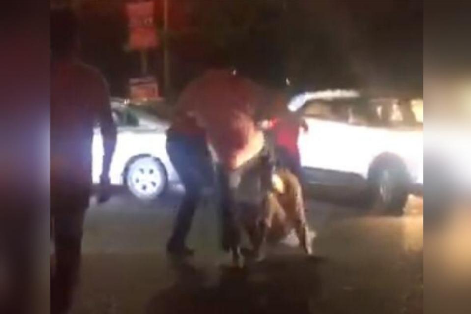 कैंटर से टकराई इनोवा तो भड़की लड़की, भाइयों को बुला ड्राइवर को बीच सड़क पर लातों से पिटवाया, भीड़ तमाशा देखती रही|जालंधर,Jalandhar - Dainik Bhaskar