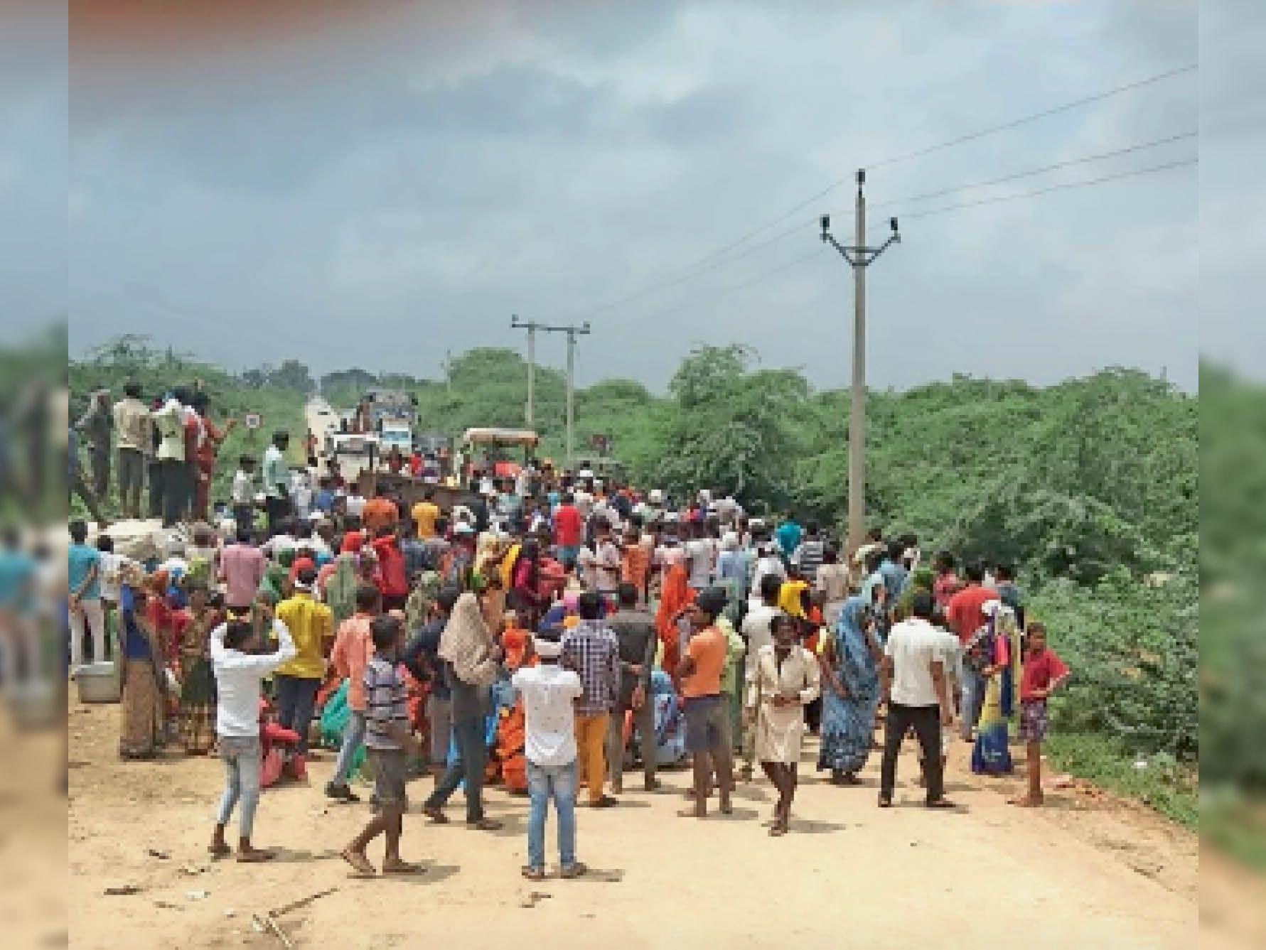शनिवार को इंदरगढ़-गोराघाट रोड पर पाली-सुनारी गांव के बाढ़ पीड़ितों ने राहत नहीं मिलने पर चक्काजाम किया। - Dainik Bhaskar