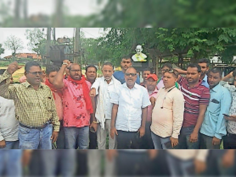 महात्मा गांधी की प्रतिमा तोड़े जाने का विरोध करते भाकपा माले कार्यकर्ता। - Dainik Bhaskar
