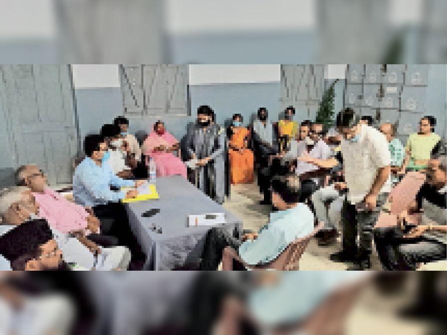 बैठक में शामिल अभिभावक व स्कूल के निदेशक व अन्य। - Dainik Bhaskar