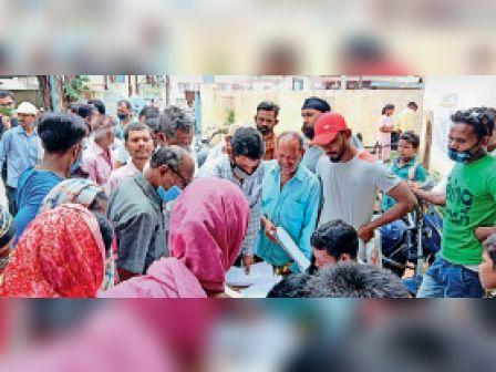 आवेदन जमा करने नगर पालिका में लगी निवेशकों की भीड़। - Dainik Bhaskar