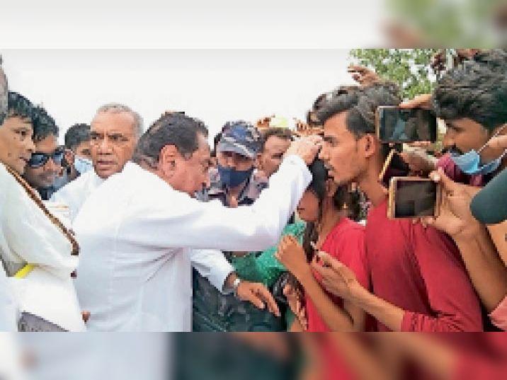 जैदा मंडी बाढ़ की पीड़ा सुनने के बाद बालिका के सिर पर हाथ रखकर ढांढस बंधाते पूर्व मुख्यमंत्री कमलनाथ। - Dainik Bhaskar