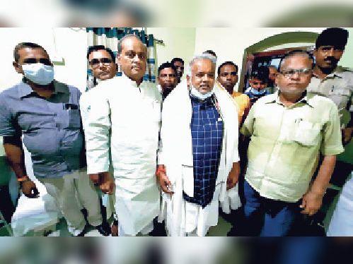 मंत्री के साथ विधायक, पूर्व विधायक व अन्य जदयू कार्यकर्ता। - Dainik Bhaskar