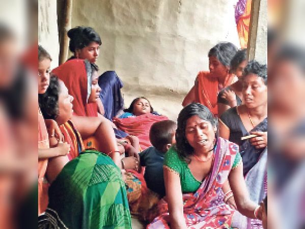 चौथम के सरसवा गांव में रोते-बिलखते परिजन। - Dainik Bhaskar