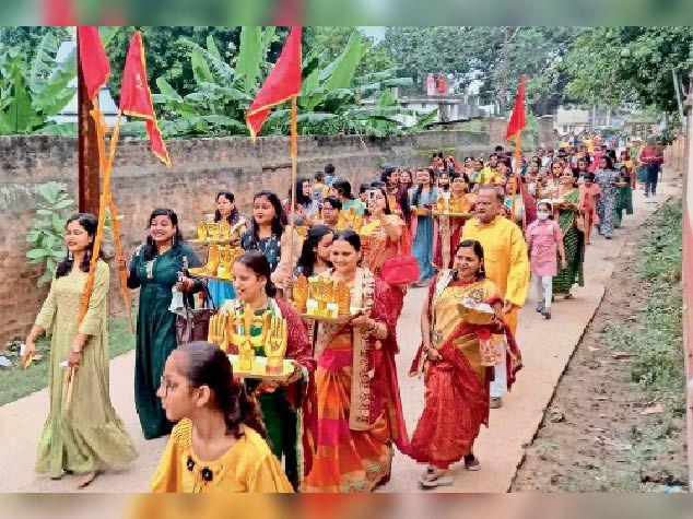 निशान यात्रा में शामिल मारवाड़ी समाज की महिलाएं।