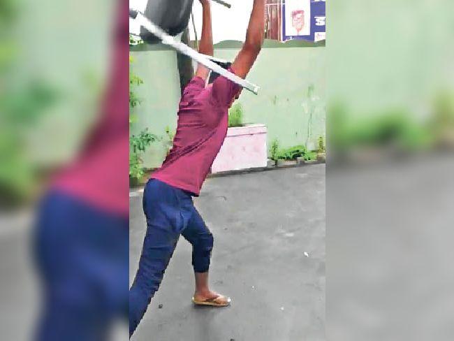 कुर्सी तोड़ते छात्र। - Dainik Bhaskar