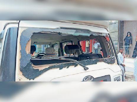 राजगीर में क्षतिग्रस्त वाहन। - Dainik Bhaskar