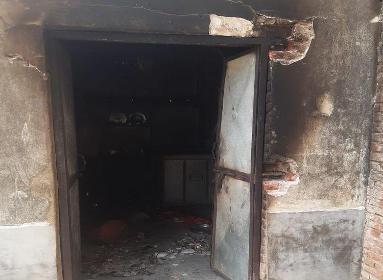 गैस सिलेंडर फटने से क्षतिग्रस्त हुआ मकान।