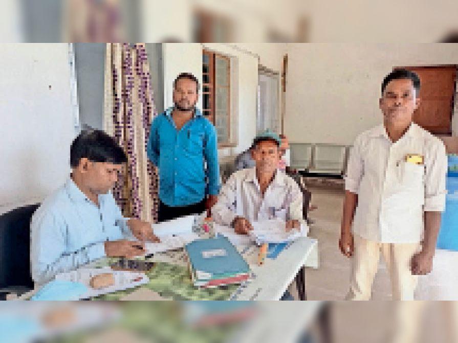 कृषि कार्यालय में केसीसी प्रपत्र की जांच करते बीटीएम इकबाल। - Dainik Bhaskar