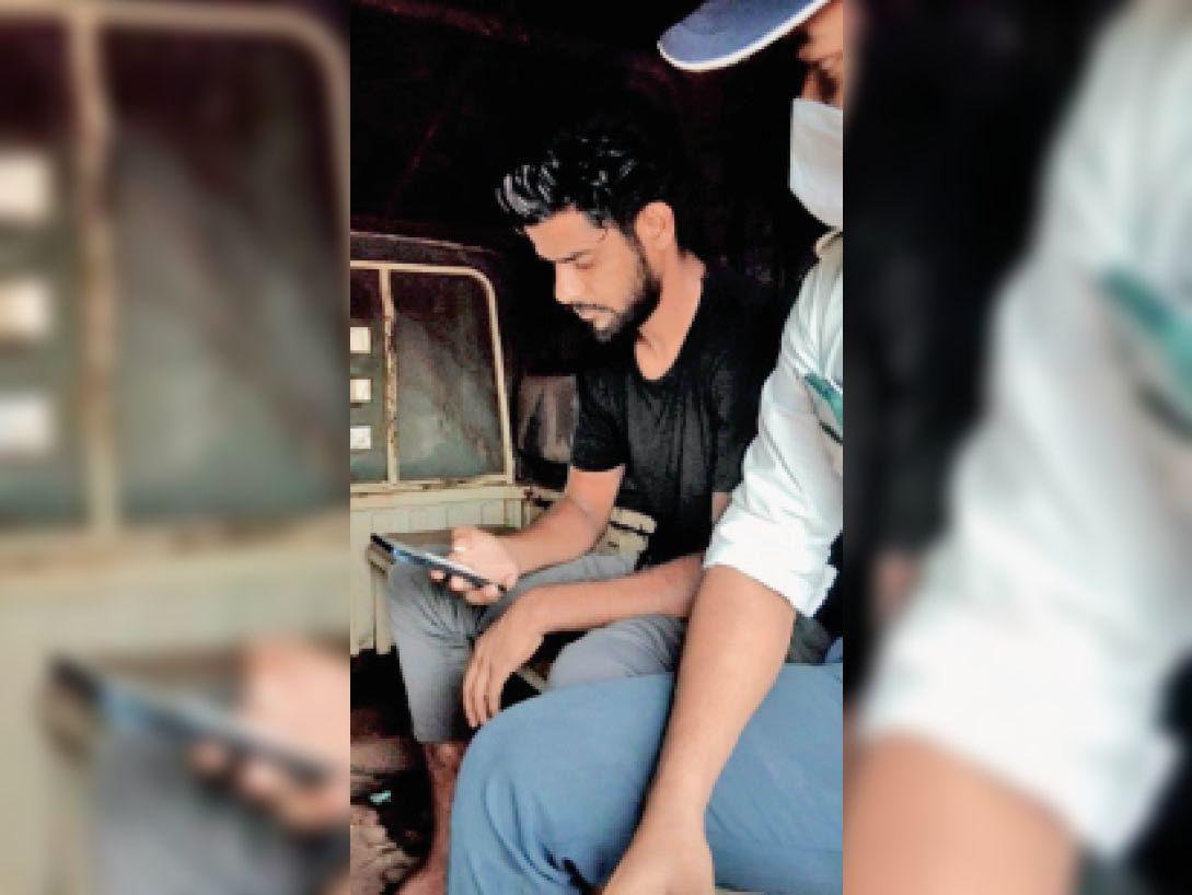 ट्रैफिक पुलिस द्वारा पकड़ा बाइक सवार। - Dainik Bhaskar
