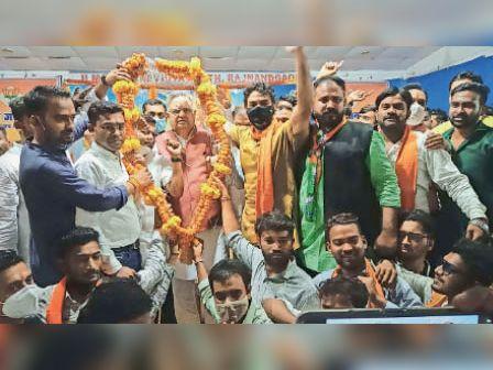 भाजयुमो ने पूर्व मुख्यमंत्री का स्वागत किया। - Dainik Bhaskar