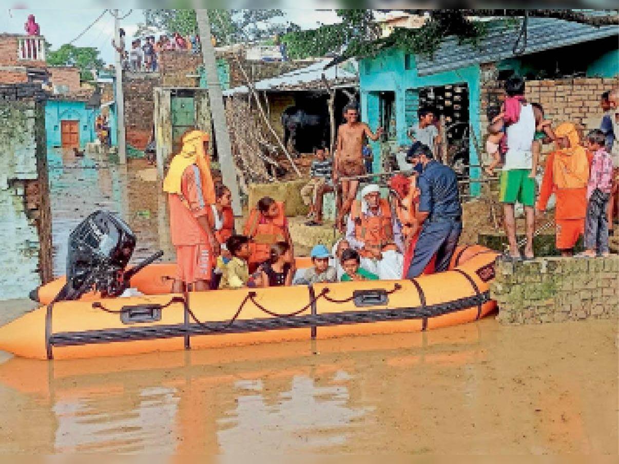 सिंधु नदी की बाढ़ में गिरे टपरियन गांव से रेस्क्यू कर ग्रामीणों को लाती टीमें। - Dainik Bhaskar