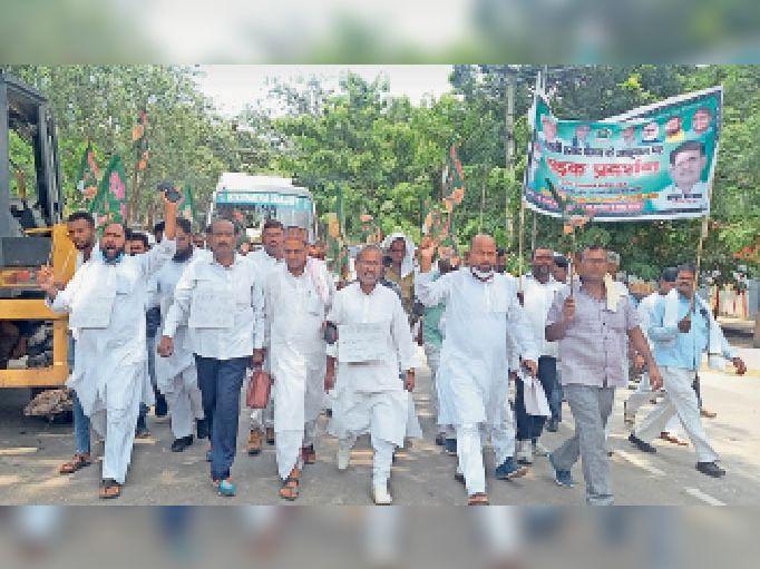 विरोध मार्च में शामिल राजद कार्यकर्ता। - Dainik Bhaskar