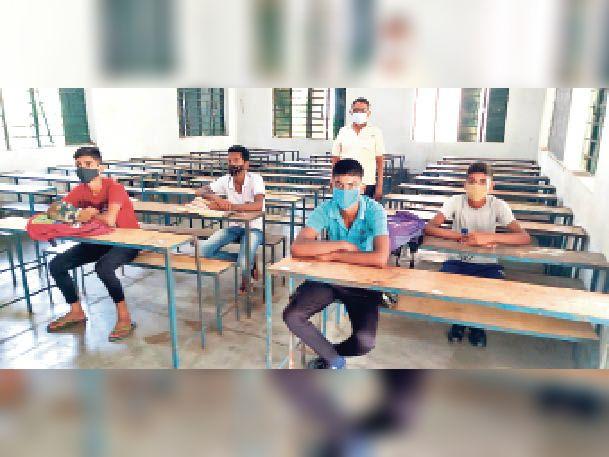 मॉडल स्कूल में पहले दिन मात्र चार छात्र पढ़ते दिखे। - Dainik Bhaskar