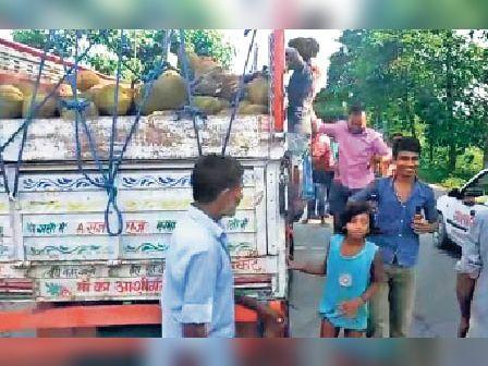 सिंघिया चौक पर शराब लूटकर रहे लोग। - Dainik Bhaskar