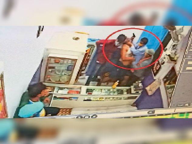 डकैती के दौरान स्वर्ण व्यवसायी का गला दबाए तीन बदमाश, एक के हाथ में पिस्तौल भी है। - Dainik Bhaskar