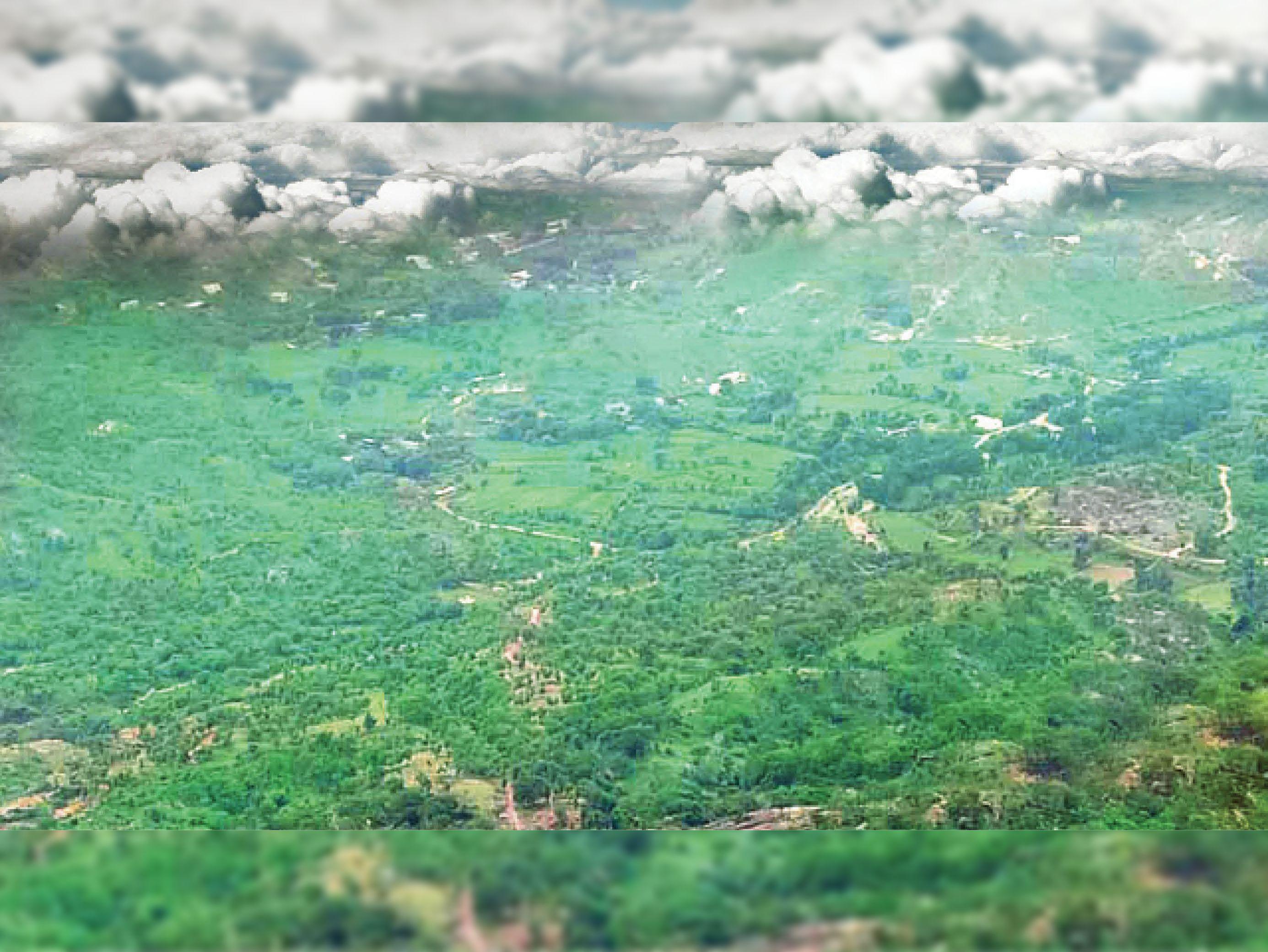 गोरमघाट क्षेत्र में बारिश के बाद पहाड़ियां हरियाली से आच्छादित हैं। - Dainik Bhaskar