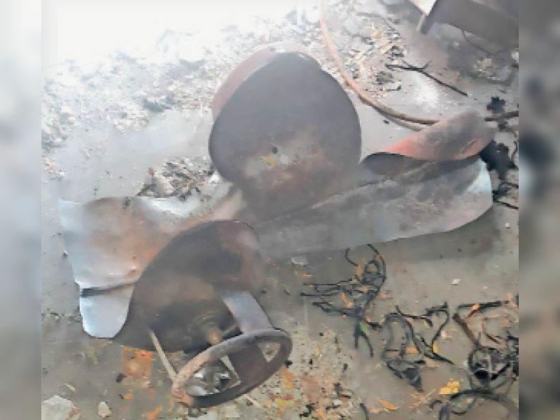 आग से फटा गैस सिलैंडर। - Dainik Bhaskar