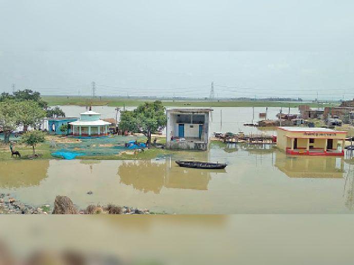 गंगा का जलस्तर बढ़ने के बाद बड़हिया के निचले इलाके में घुसा बाढ़ का पानी। - Dainik Bhaskar