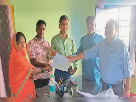 अनुबंध पत्र का आदान प्रदान करते पीओ व जीविका दीदी। - Dainik Bhaskar
