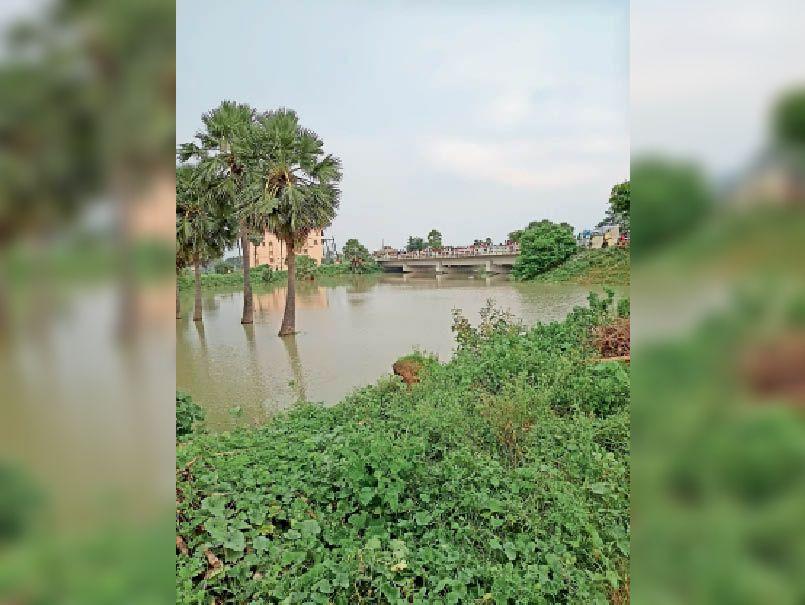 नदी में बढ़ता जलस्तर । - Dainik Bhaskar