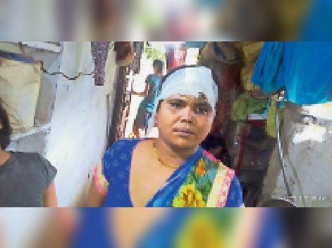 मारपीट में घायल महिला। - Dainik Bhaskar