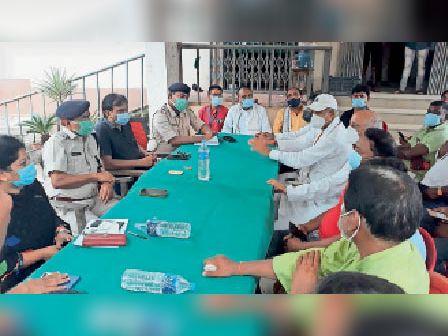 शांति समिति की बैठक में भाग लेते पदाधिकारी व गणमान्य। - Dainik Bhaskar